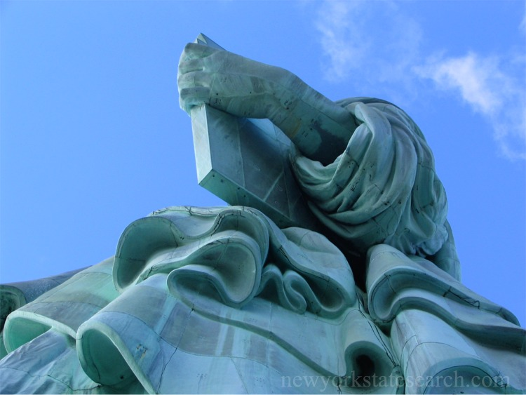 Symbolic features of Statue of Liberty - tablet of law and robe